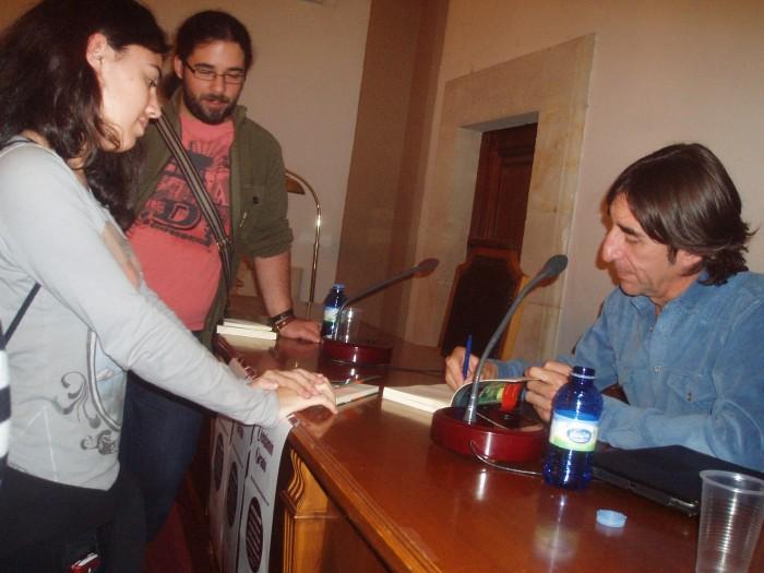 Fotografía tomada durante la firma de ejemplares de Benjamín Prado.